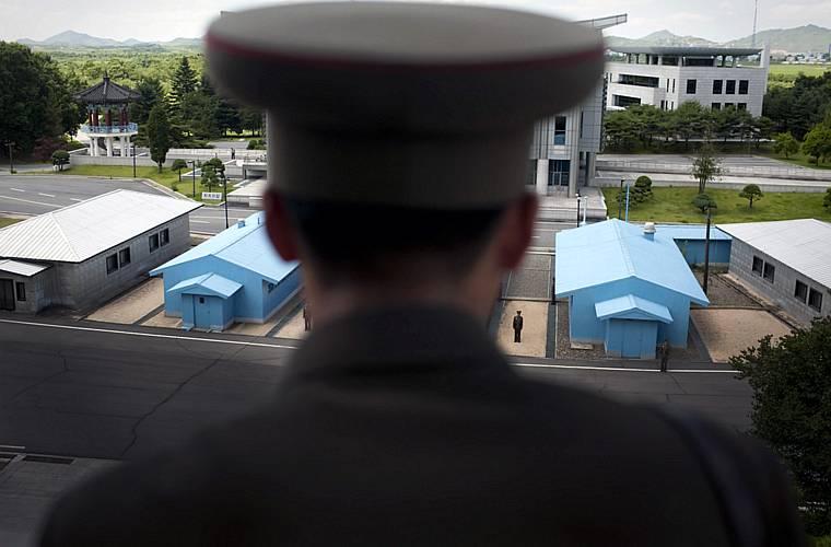 Soldado na zona desmilitarizada, em Panmunjom, olha para o lado da Coréia do Sul.