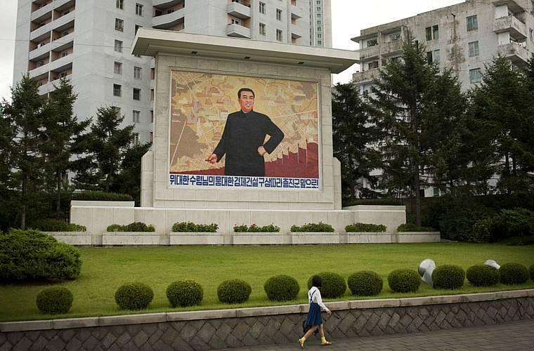 Mural com o presidente Kim Il-sung em praça no centro da cidade.