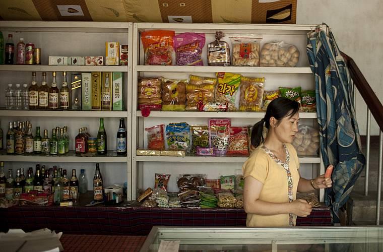 A vendedora de uma pequena loja no centro da cidade.