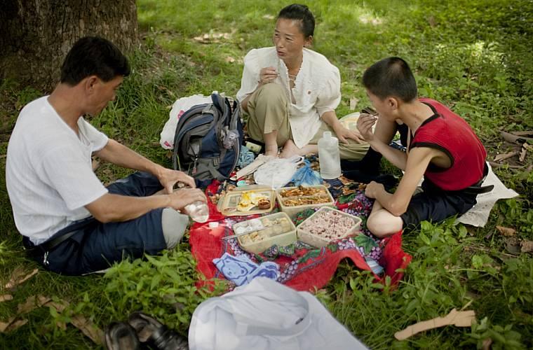 Um piquenique familiar em plena segunda-feira, no parque Moranbong.
