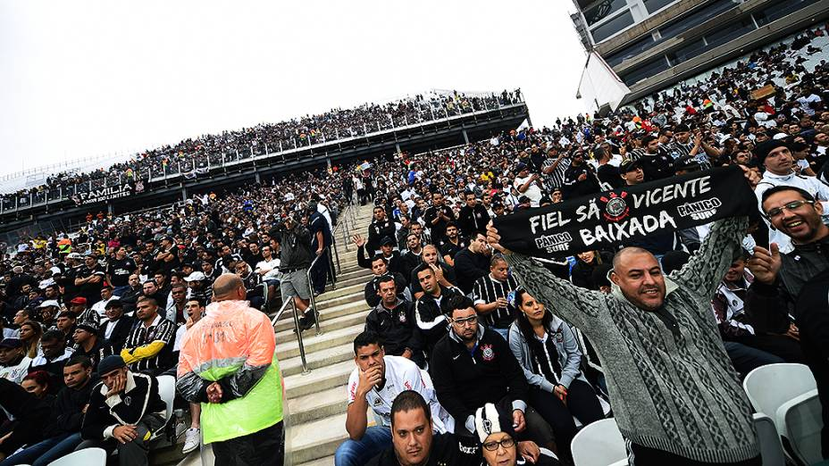 Público durante partida entre Corinthians e Botafogo no segundo teste da Arena de Itaquera
