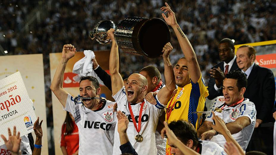 Alessandro levanta a taça: Corinthians campeão da Libertadores
