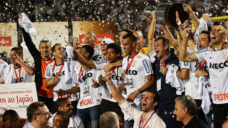 Jogadores do Corinthians comemoram a conquista inédita da Taça Libertadores