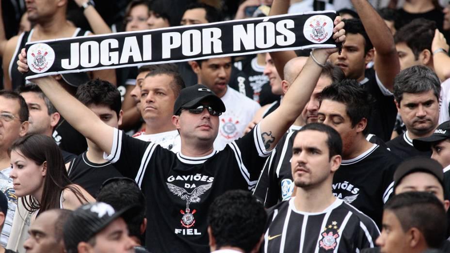 Torcida do Corinthians incentiva o time, durante partida contra o Grêmio, pelo Campeonato Brasileiro - 22/05/2011