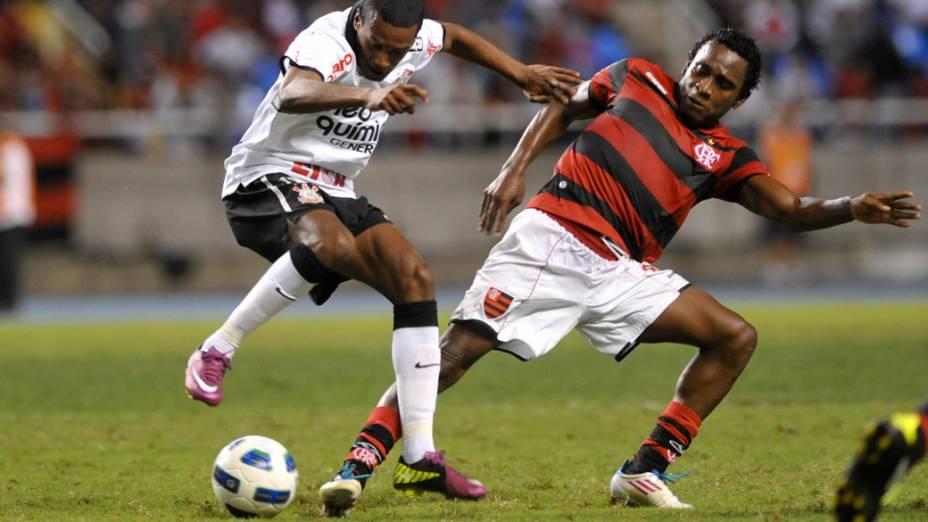 Edenilson, do Corinthians, disputa bola com Willians, do Flamengo, durante partida pelo Campeonato Brasileiro - 05/06/2011