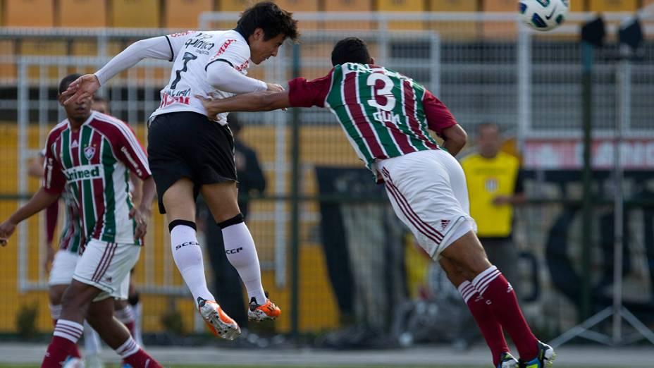 William, do Corinthians, disputa bola durante partida contra o Fluminense, pelo Campeonato Brasileiro - 12/06/2011