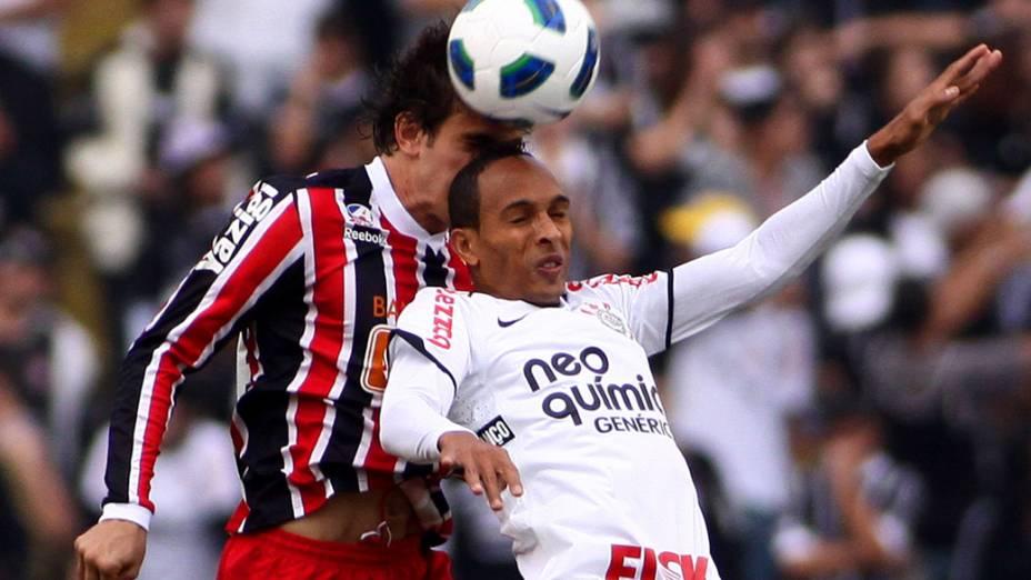 Liedson, do Corinthians, disputa bola com Bruno, do São Paulo, durante partida pelo Campeonato Brasileiro - 26/06/2011