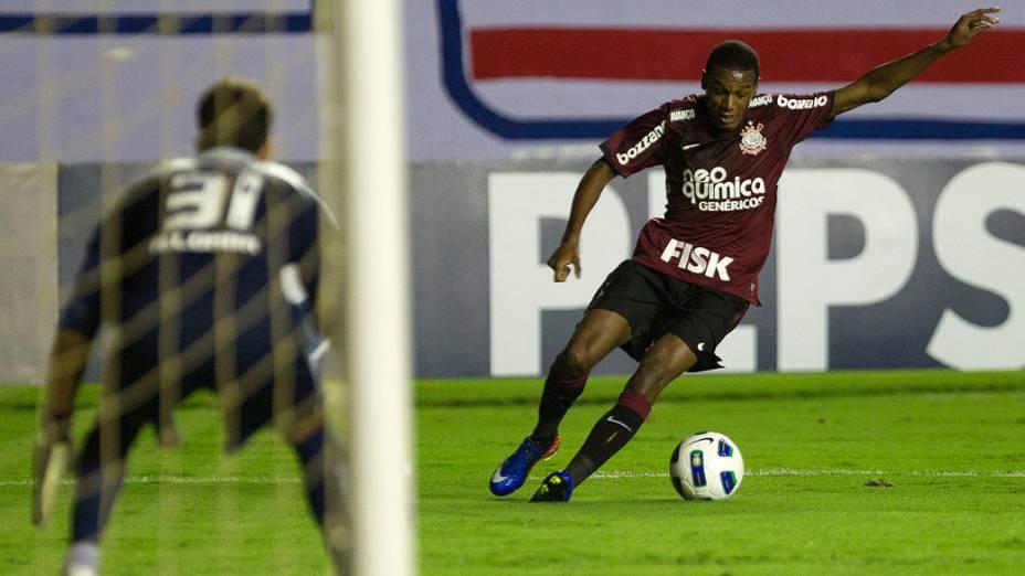 Edenilson, do Corinthians, durante lance em partida contra o Bahia, pelo Campeonato Brasileiro - 29/06/2011