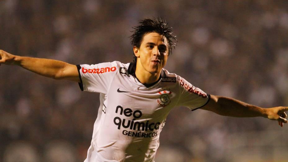 Willian, do Corinthians, comemora gol contra Internacional, em partida pelo Campeonato Brasileiro - 14/07/2011