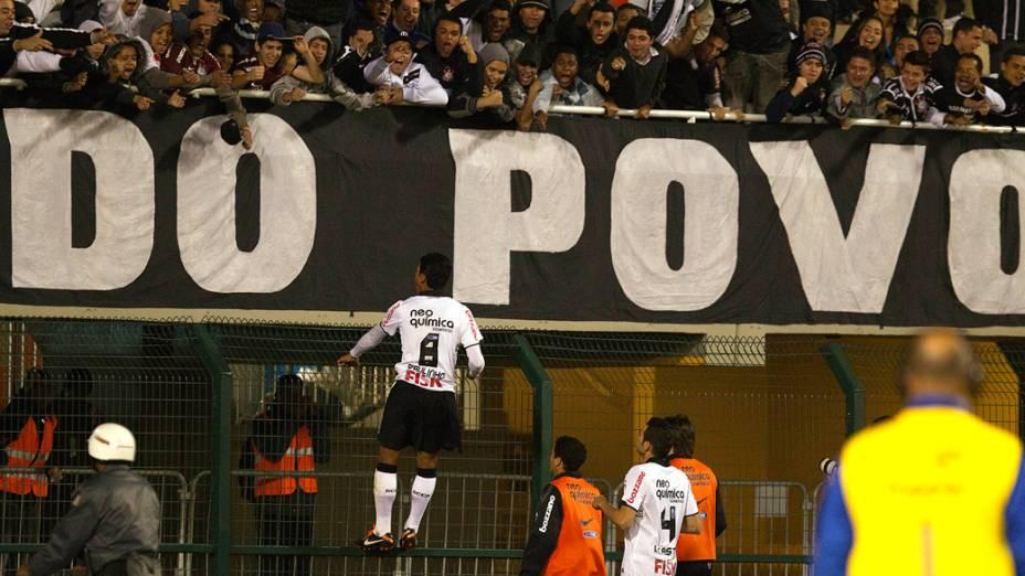 Paulinho comedora gol contra o América/MG, durante partida no estadio do Pacaembu, em São Paulo - 03/08/2011