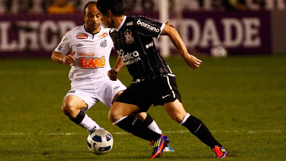 Léo, do Corinthians, disputa bola com jogador do Santos, durante partida pelo Campeonato Brasileiro - 10/08/2011