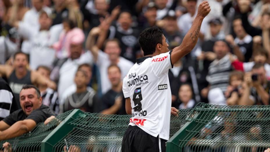Paulinho comedora gol contra o Ceará, durante partida no estadio do Pacaembu, em São Paulo - 03/08/2011