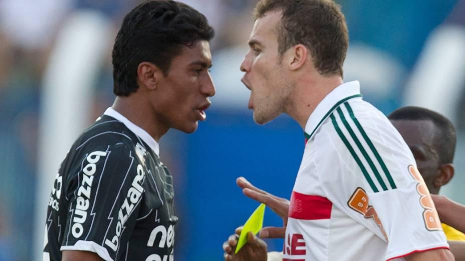 Paulinho, do Corinthians, e jogador do Palmeiras discutem durante partida pelo Campeonato Brasileiro - 28/08/2011