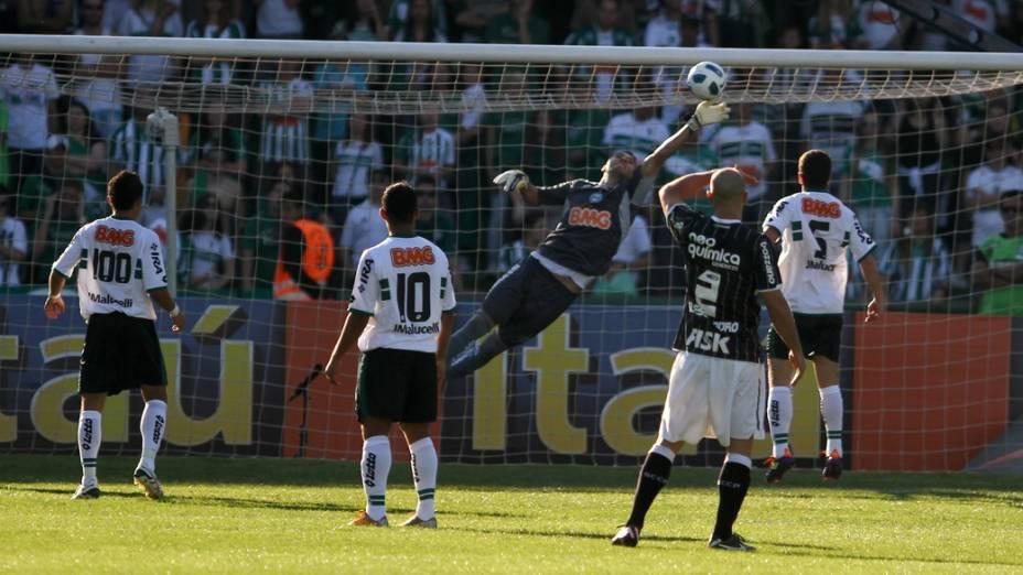 Goleiro Vanderlei, do Coritiba, faz defesa contra chute de jogador do Corinthians, em partida pelo Campeonato Brasileiro - 04/09/2011