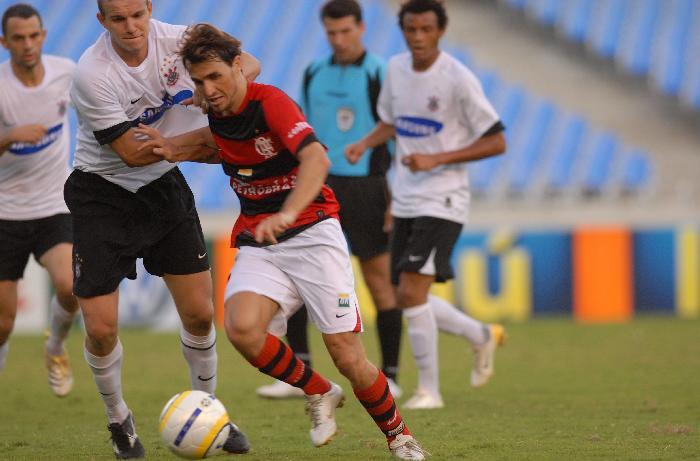 Sávio, do Flamengo, e Marcelo Mattos no estádio do Maracanã, em 2006: Flamengo 3 a 0.