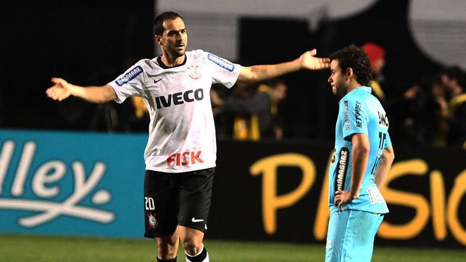 Jogador Danilo marca para o Corinthians no estádio do Pacaembu