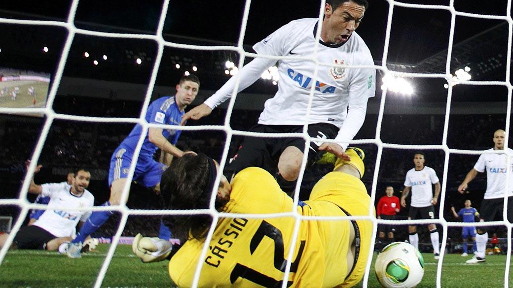 O goleiro Cassio, e o jogador Chicão do Corinthians no jogo contra o Chelsea durante partida válida pela final do Campeonato Mundial de Clubes da Fifa, em Yokohama