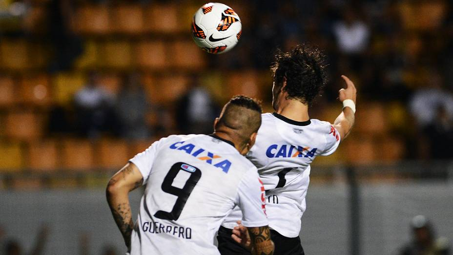 Alexandre Pato e Guerrero durante lance no duelo de Corinthians e Tijuana no Pacaembu