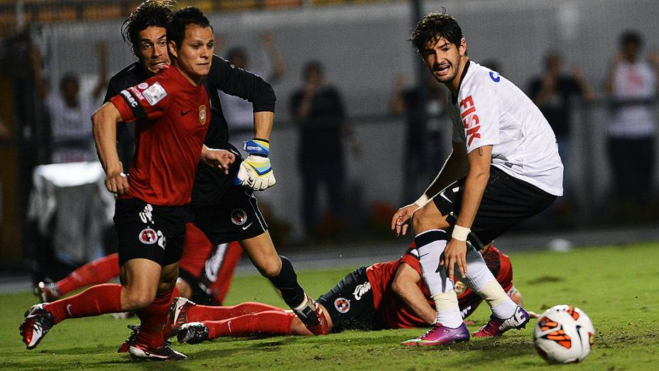 Alexandre Pato durante lance no duelo de Corinthians e Tijuana no Pacaembu