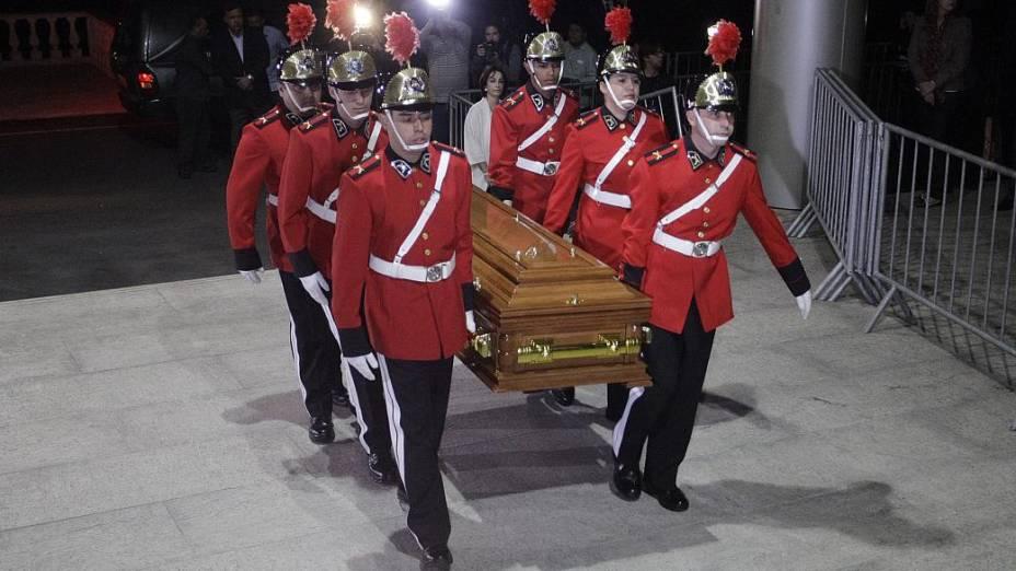 Corpo da apresentadora Hebe Camargo chega para ser velado no Palácio dos Bandeirantes, na noite deste sábado. Hebe, uma das pioneiras da televisão brasileira, morreu aos 83 anos de parada cardíaca