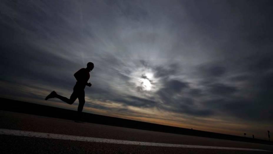 Homem corre ao longo da praia, em Cagnes Sur Mer, sudeste da França