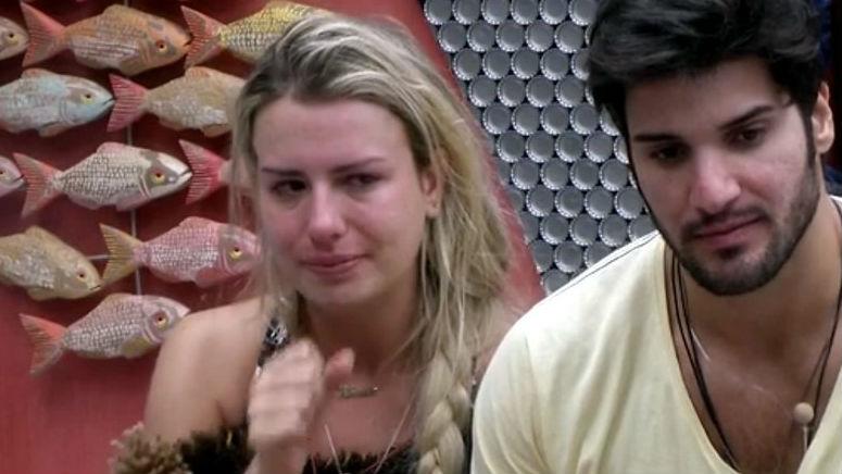 Fernanda chora no BBB 13 chora por pensar que sua amiga, karine, estava com um problema sério de saúde