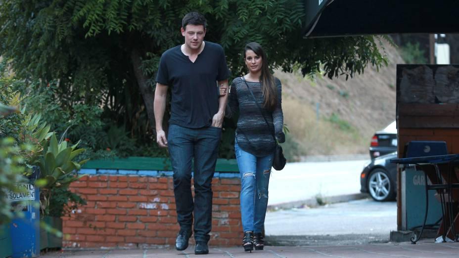 Cory Monteith e a namorada, Lea Michele, saindo para jantar em Los Angeles, no ano passado