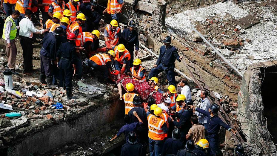 O desabamento de um prédio em Mumbai, na Índia, pode ter deixado sessenta pessoas soterradas nesta sexta-feira (27). Autoridades do país confirmaram duas mortes e acreditam que dezenas estejam embaixo dos escombros