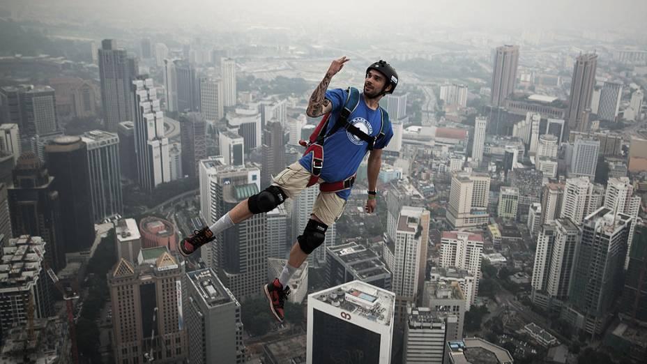 Francês Theo Gagliardini salta de torre de 300 metros de altura em Kuala Lumpur, na Malásia, durante evento internacional de base jumping, nesta sexta-feira (27)
