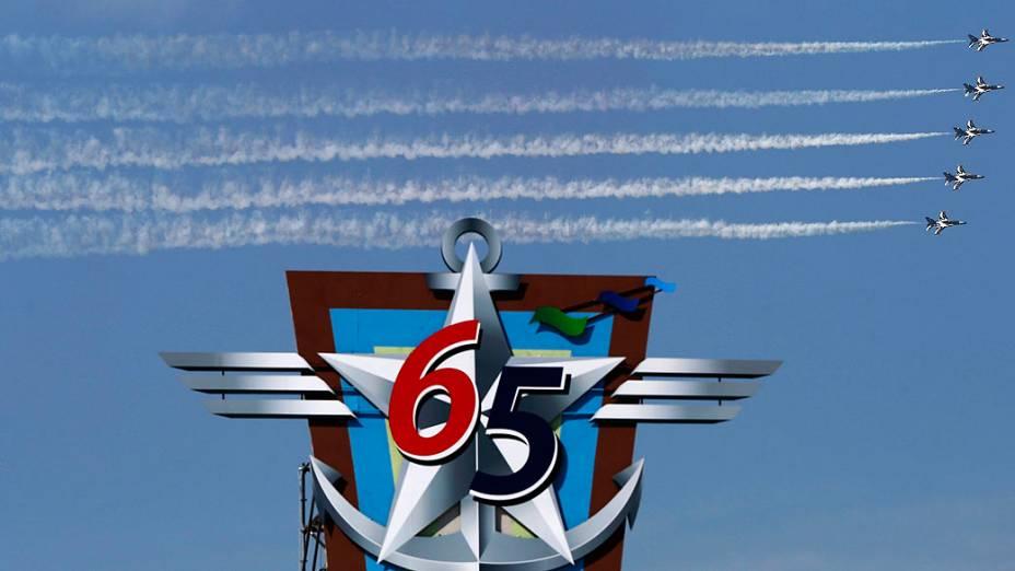 Aviões fazem manobra conjunta nesta sexta-feira (27) em Seul (Coreia do Sul), em celebração do 65º aniversário das Forças Armadas do país