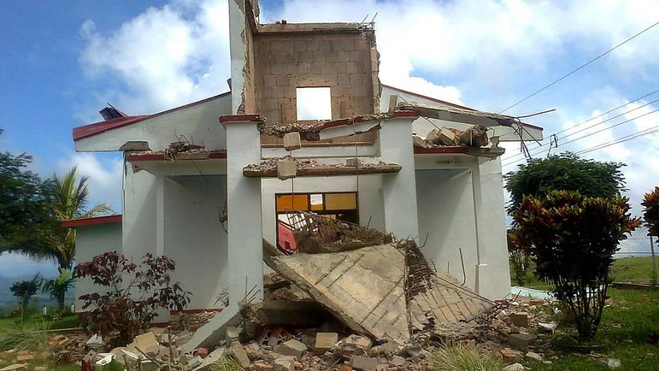 Um terremoto de 7,6 graus de magnitude atingiu a Costa Rica nesta quarta-feira, provocando o colapso de casas e derrubando árvores