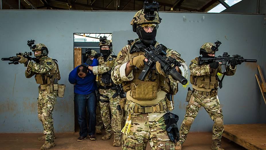 Treinamento do Comando de Operações Táticas da Polícia Federal (COT)