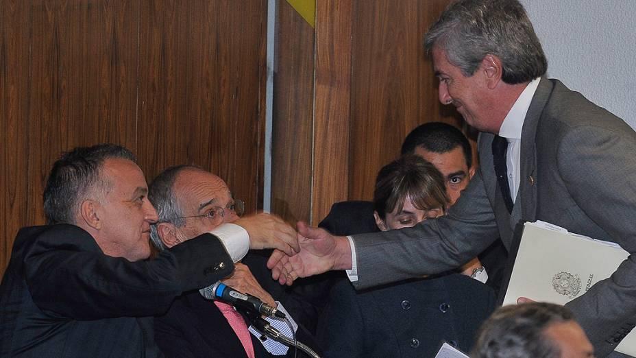 O senador Fernando Collor (PTB-AL), integrante da CPI, cumprimenta Carlinhos Cachoeira