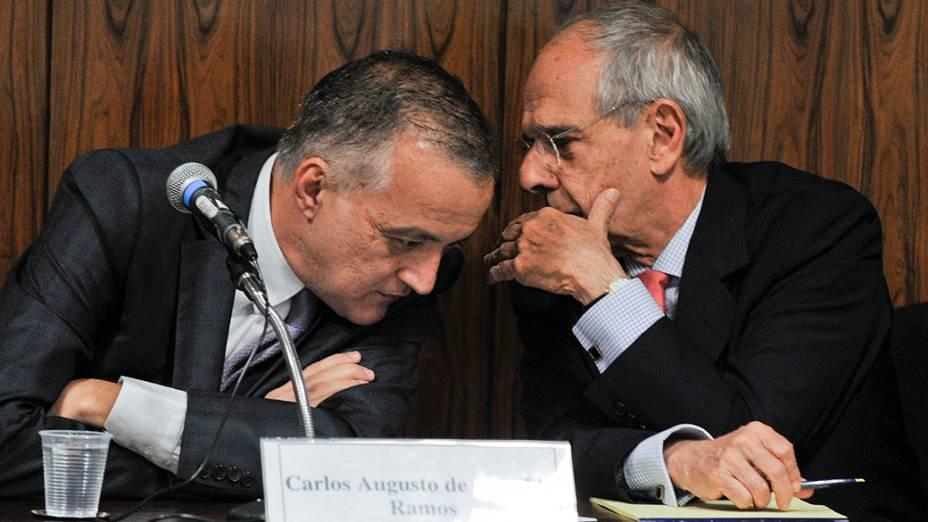 Carlinhos Cachoeira é acompanhado de seu advogado Márcio Thomaz Bastos