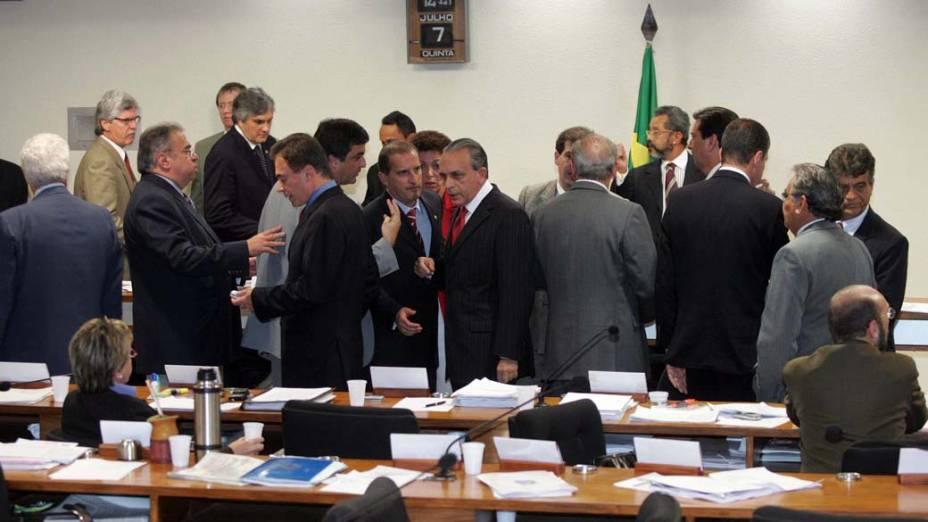 Parlamentares discutem na sessão da CPI dos Correios no Congresso Nacional, em BrasÌlia, sobre a quebra de sigilo bancário de Delúbio Soares, José Dirceu, José Genoíno e SÌlvio Pereira