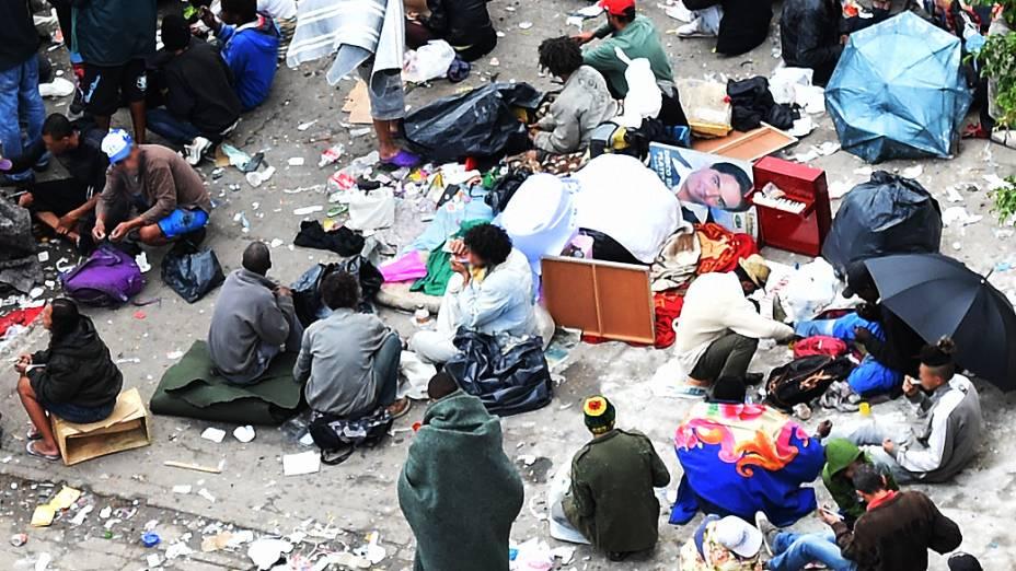 Dependentes do crack ocupam praça na Alameda Cleveland, na região da Luz
