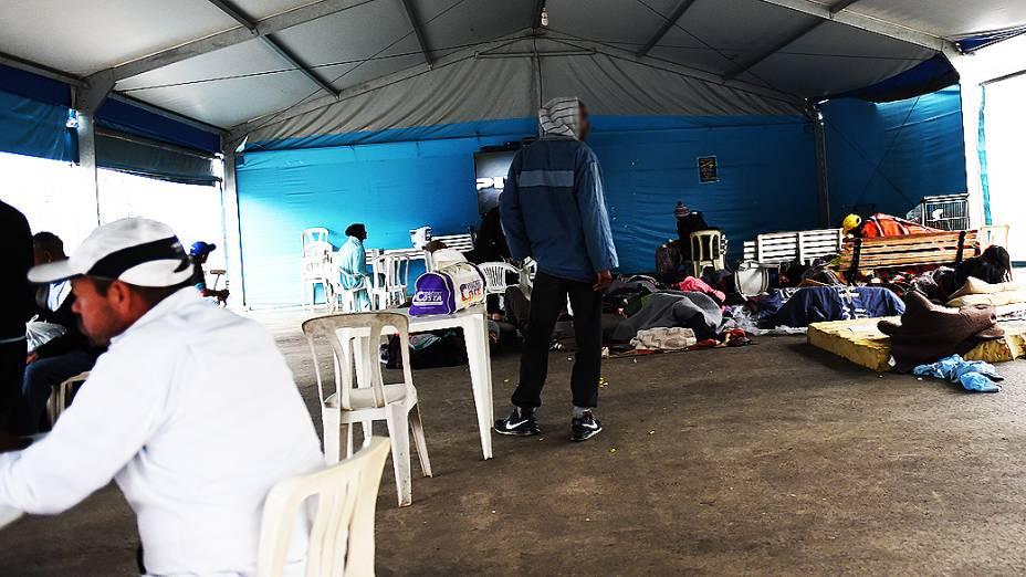 Usuários de crack conversam e assistem a filmes na TV sob a tenda da prefeitura de São Paulo na cracolândia da Luz