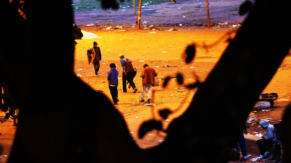Viciados em crack ocupam toda a região sob o Viaduto Diário Popular, centro de São Paulo
