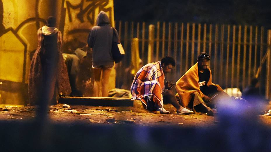 Mulheres e homens frequentam a cracolândia do Viaduto Diário Popular, no centro da capital paulista