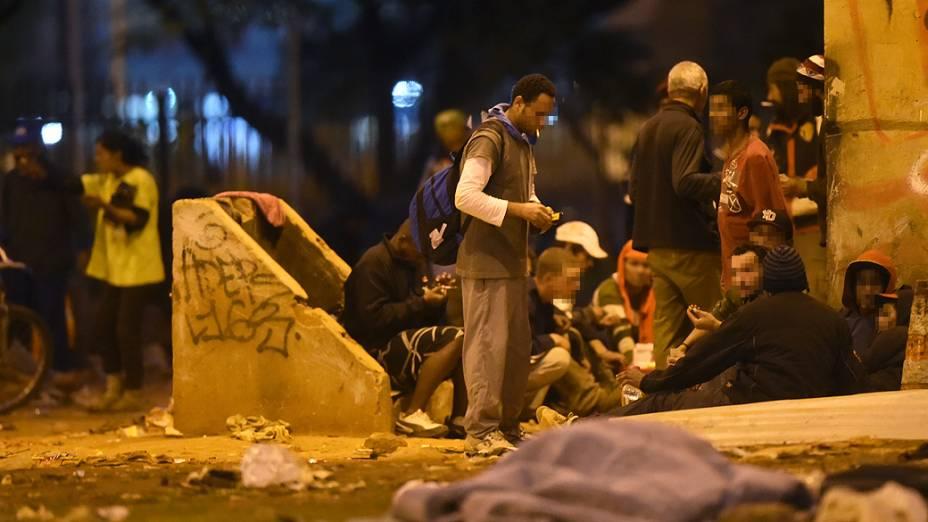 Usuários preparam cachimbos com pedras de crack no Parque Dom Pedro, em São Paulo