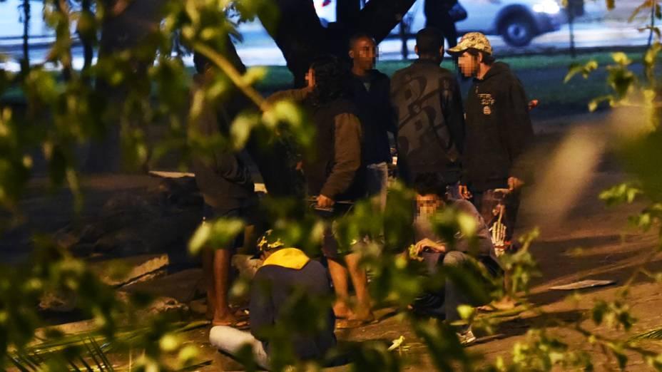 Moradores de rua e usuários de drogas conversam em grupo próximo ao Viaduto Bresser, na Mooca - Zona Leste de São Paulo