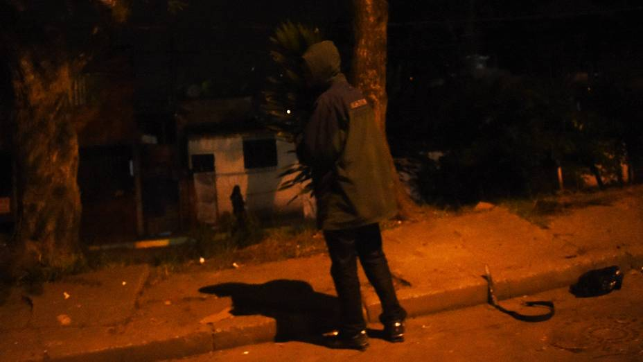 Usuário acende cachimbo de crack na Favela da Paz, na mesma rua do Itaquerão (SP), estádio de abertura da Copa
