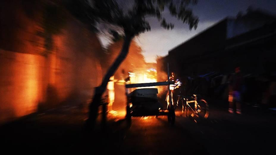 Moradores de rua se aquecem do frio em fogueira no Jardim Andaraí, região onde há uso de crack nas ruas de São Paulo