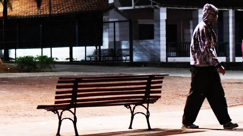 Homem que frequentou a cracolândia próxima ao Hospital São Miguel caminha na Praça do Forró, Zona Leste de São Paulo