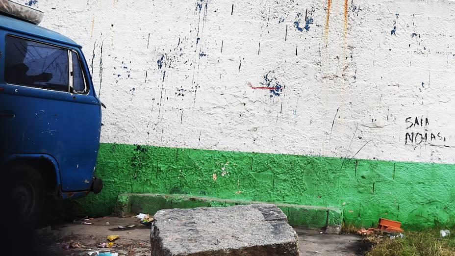 Pichação em muro de cracolândia rechaça presença de dependentes químicos na Zona Norte de São Paulo