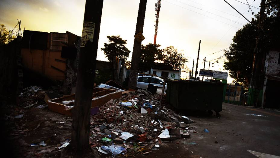 Beco usado por viciados em crack na antiga Pedreira Itaberaba, na Zona Norte de São Paulo