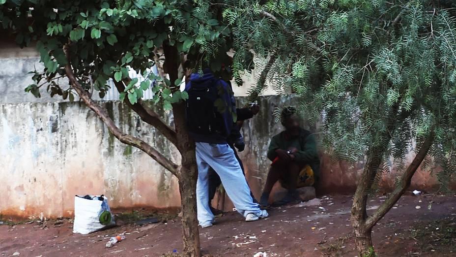 Homens usam drogas no Piscinão do Bananal: nova cracolândia se formou na Serra da Cantareira, em São Paulo
