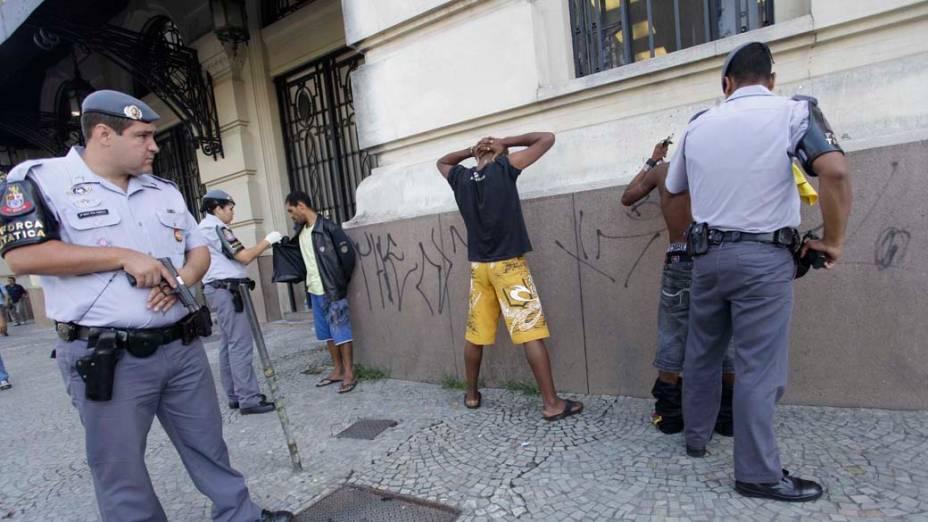 Policiais Militares revistam suspeitos na praça Julio Prestes na região conhecida como Cracolândia, São Paulo