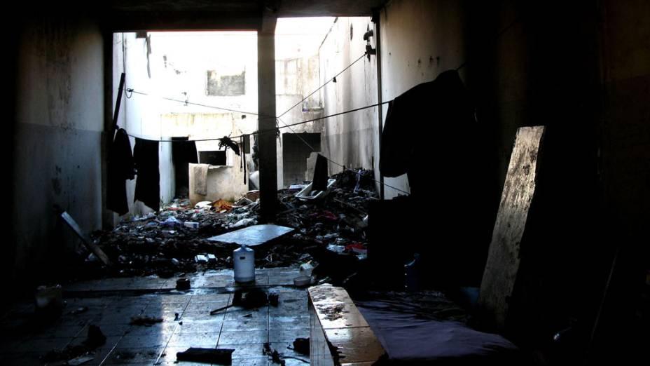 Prédio abandonado que servia de moradia a usuários de drogas na região conhecida como Cracolândia, São Paulo