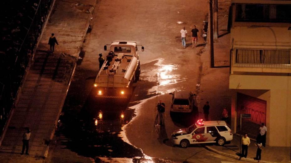 Funcionáros da prefeitura lavam local onde policiais militares realizaram operacão para coibir o tráfico e o consumo de drogas na Cracolândia, São Paulo